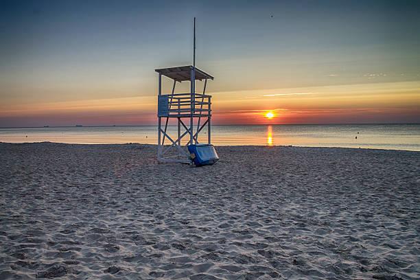 rettungsschwimmer-turm am strand bei sonnenaufgang - kalifornien ostsee stock-fotos und bilder