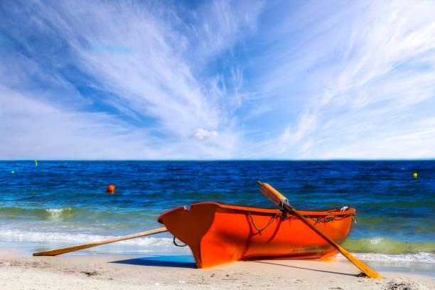 lifeguards räddningsbåt på stranden - livbåt bildbanksfoton och bilder