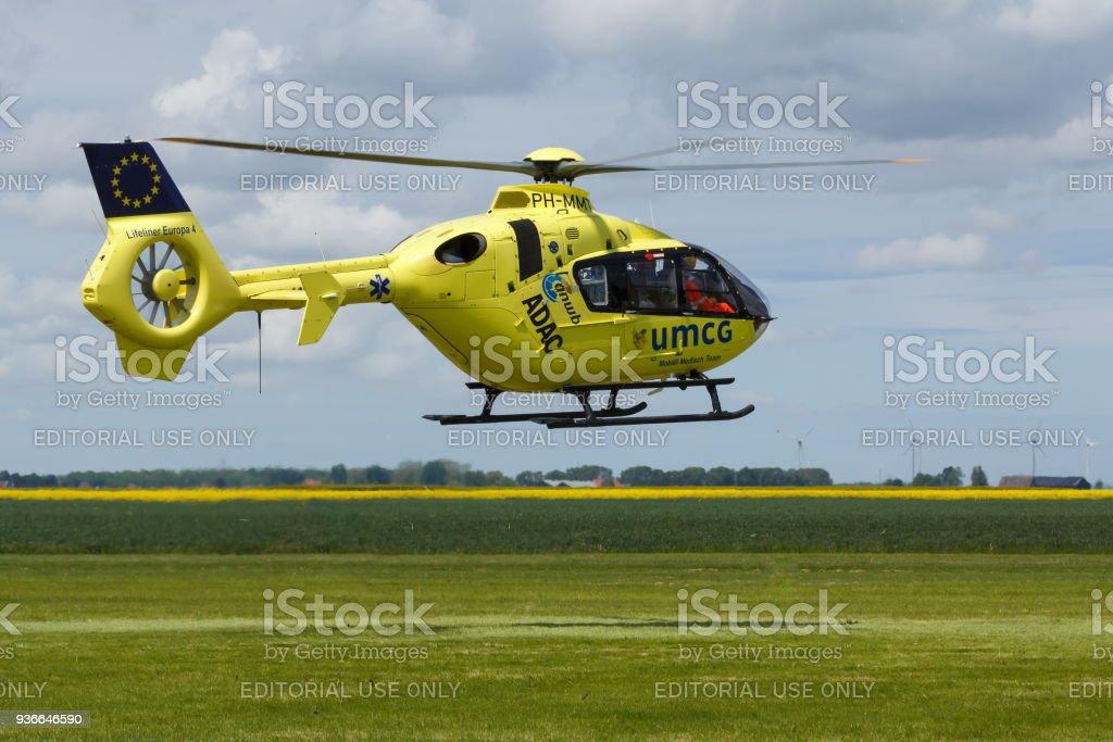 Lifeliner medische luchtdiensten landing op een vliegveld foto