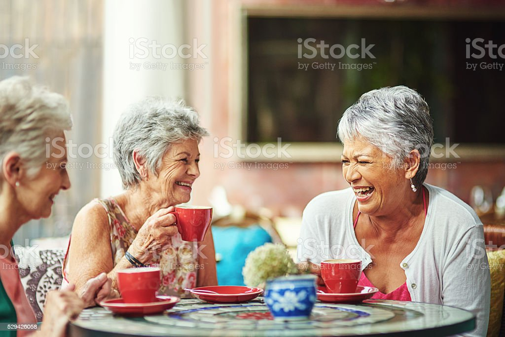 Lifelong friends catching up over coffee​​​ foto