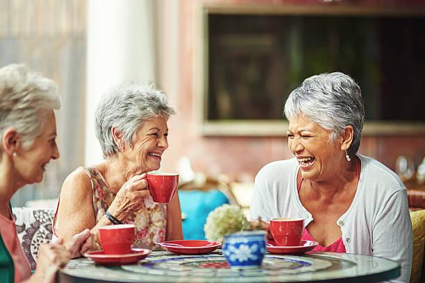 Lebenslange Freunde treffen bei einer Tasse Kaffee. – Foto