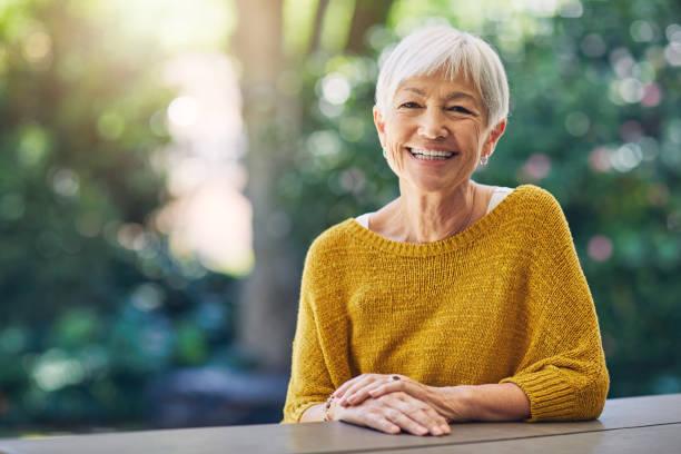 la vie est à propos des moments qui vous ont fait sourire - seulement des femmes seniors photos et images de collection