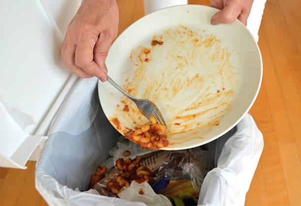 """livsstil, """"kasta mat"""" - food waste bildbanksfoton och bilder"""