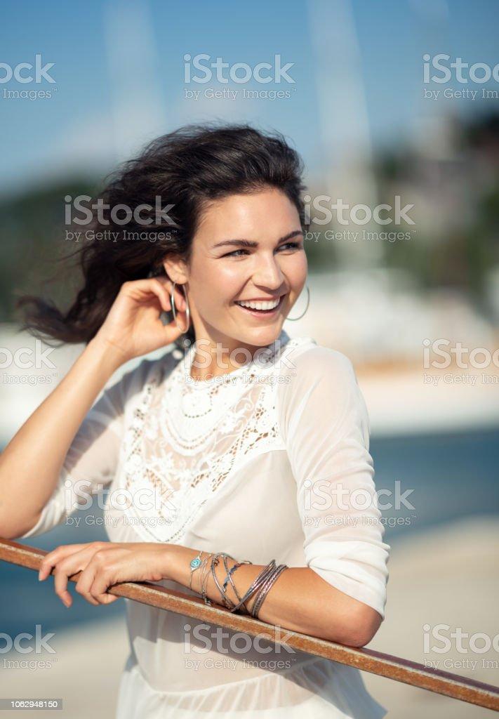 Lifestyle-Mode-Modell im Urlaub am Yachtclub Hafen perfekt Toothy ehrliches Lächeln – Foto