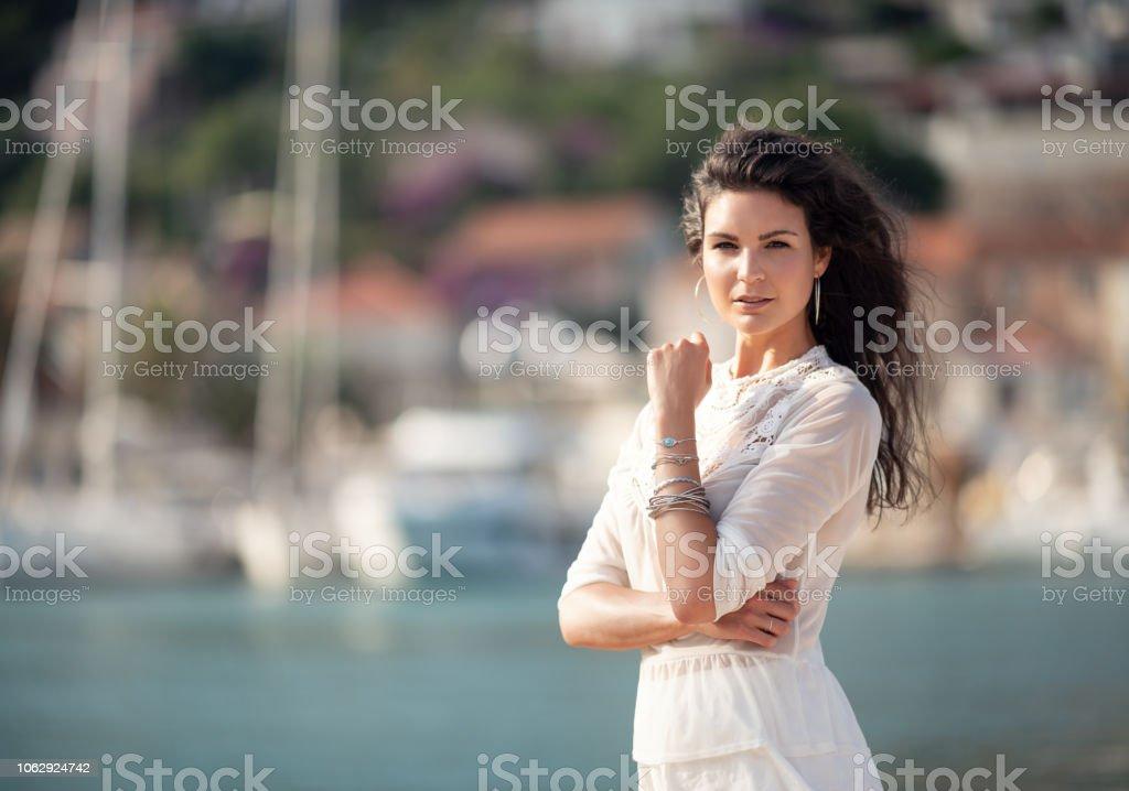 Lifestyle-Mode-Modell im Urlaub am Yachtclub Hafen – Foto