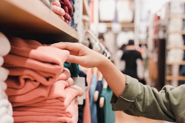 levensstijl van winkelen kleding voor vrouwen - kledingwinkel stockfoto's en -beelden