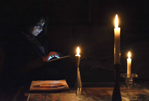 "lifestyle, ""power failure, reading by candlelight"" - stromausfall stock-fotos und bilder"
