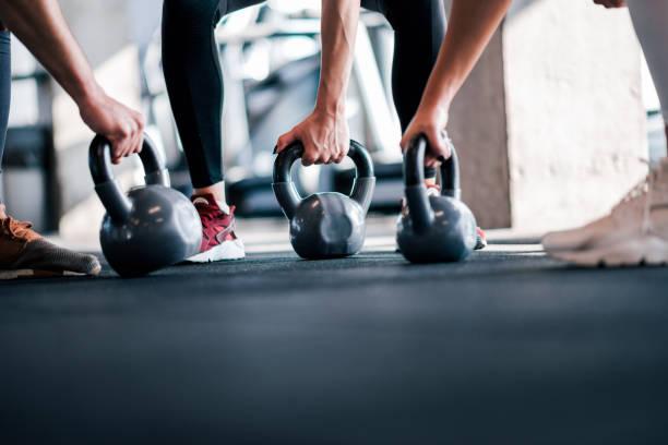 levantamiento de pesas, imagen de ángulo bajo. atletas con campanas de caldera, primer plano. - pesa rusa fotografías e imágenes de stock