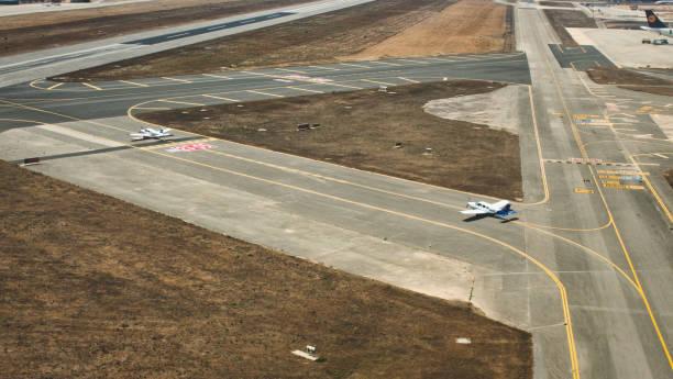 leichtflugzeuge auf der landebahn des flughafens von sevilla im laufe des tages - flugschule stock-fotos und bilder
