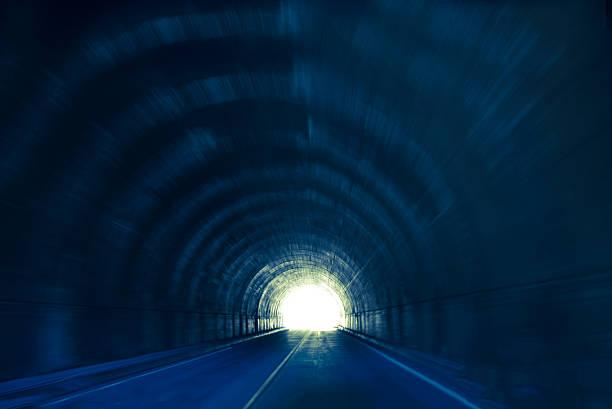 licht am ende des tunnels - tunnel stock-fotos und bilder