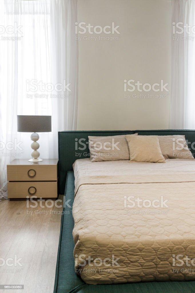 Draps et couvertures légères sur le lit dans une chambre confortable - Photo de Ameublement libre de droits