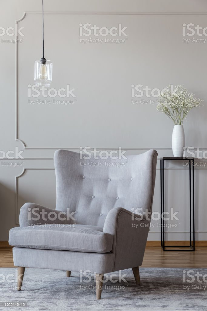 Hell Beige Elegante Sessel Und Eine Schwarze Vase Stehen In Einem Anspruchsvollen Wohnzimmer Interieur Mit Formteil Auf Beige Wande Stockfoto Und Mehr Bilder Von Behaglich Istock