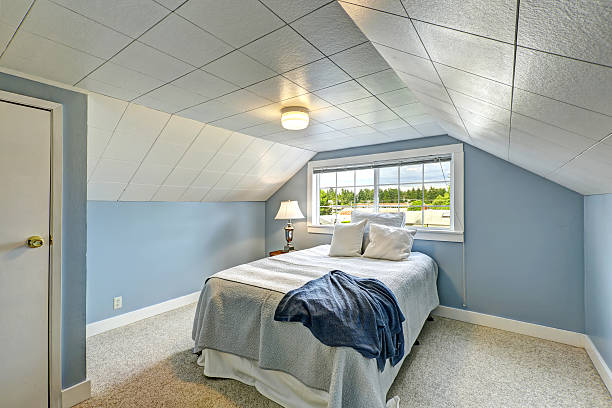 hellblau schlafzimmer.  landschaft house innenansicht - teppich hellblau stock-fotos und bilder