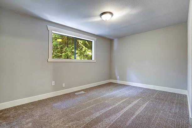 leichte blaue leeren raum mit fenster - teppich hellblau stock-fotos und bilder