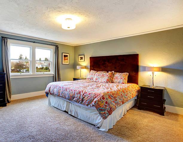 hellblau eingerichtete schlafzimmer mit teppichboden - teppich hellblau stock-fotos und bilder