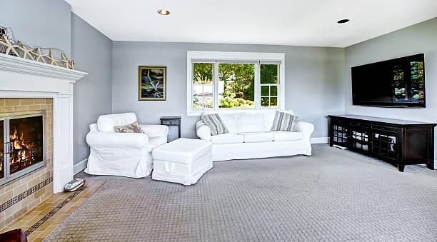 hellblaues wohnzimmer mit weißen sofa und kamin - teppich hellblau stock-fotos und bilder