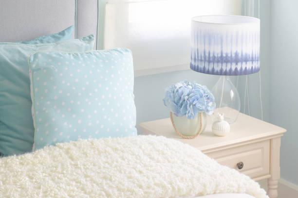 leichte blaue kissen und creme wattierte decke in leichte blaue innenraum schlafzimmer - hellblaues zimmer stock-fotos und bilder