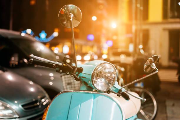 lumière bleue scooter rétro dans la rue - moped photos et images de collection