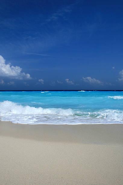 leichte blaue meer und hellen sand - fkk strand stock-fotos und bilder