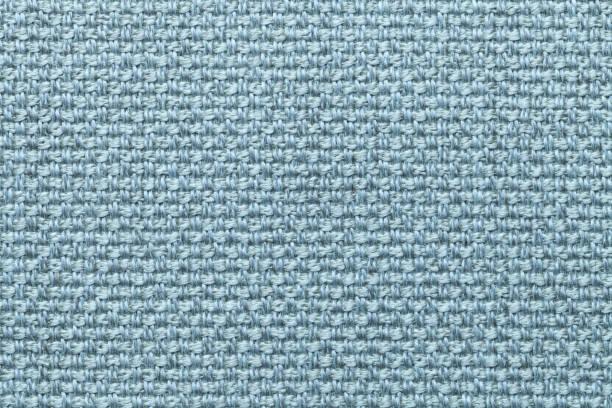leichte blaue textil hintergrund mit karomuster, nahaufnahme. struktur des gewebes makros. - teppich hellblau stock-fotos und bilder