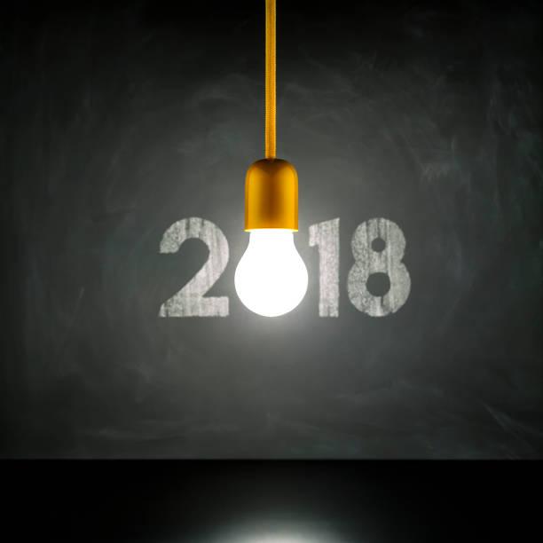glühbirne 2018 auf tafel - weihnachten vintage new year grunge - ideen für silvester stock-fotos und bilder