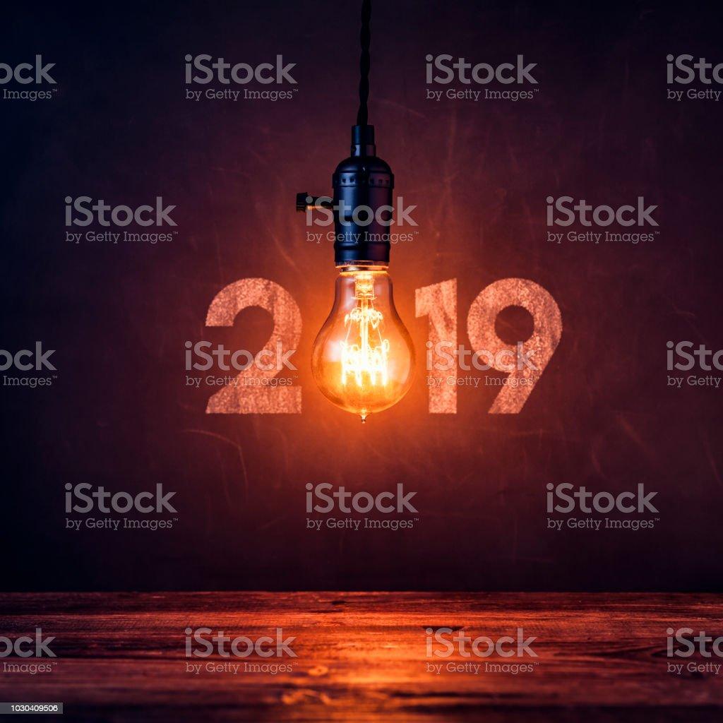 Ampoule 2019 sur tableau noir - Grunge de nouvel an Noël Vintage - Photo