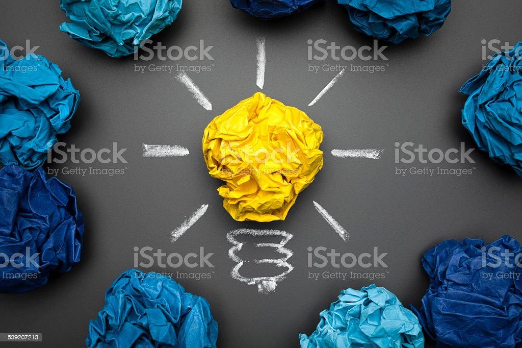 Ampoule froissé papier sur le tableau noir-idée Concept fond - Photo