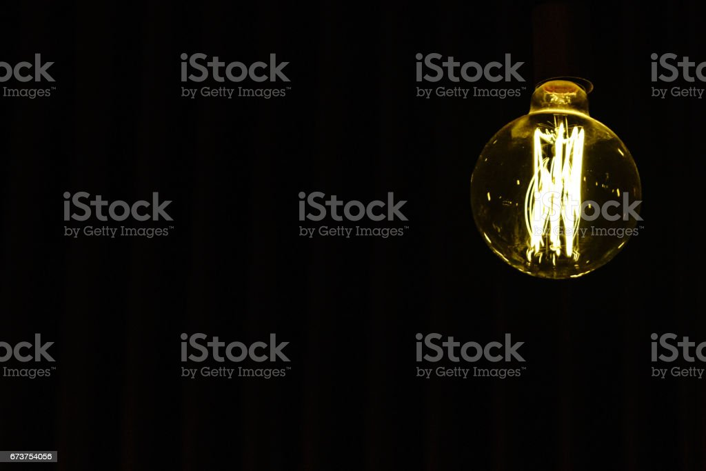 Light bulb hanging on the ceiling with whitespace photo libre de droits