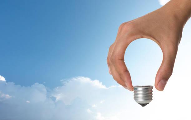 Glühbirne in Hand – Foto