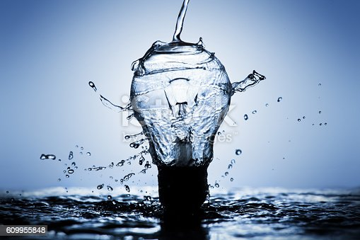 istock Light bulb made of water splashes 609955848