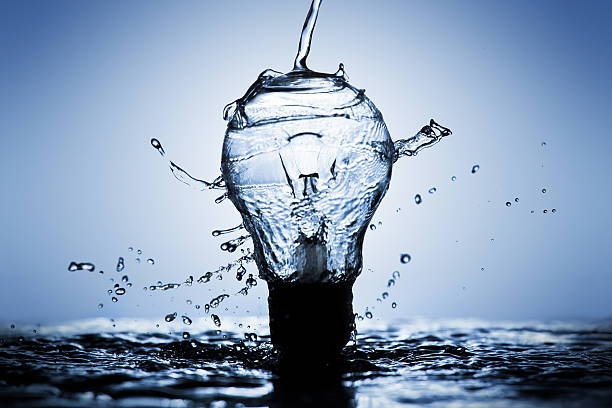 light bulb made of water splashes - leichtbau stock-fotos und bilder