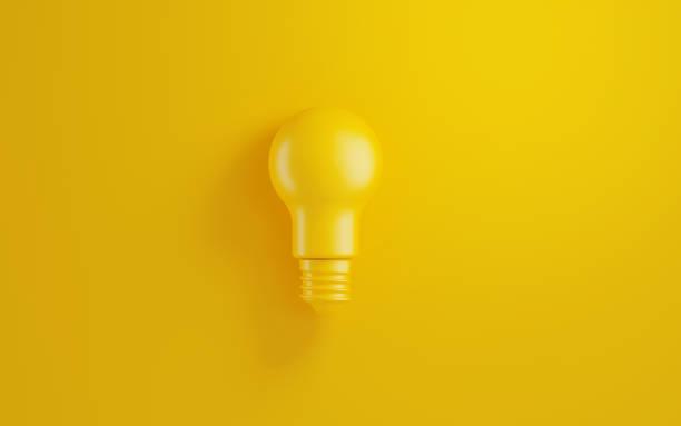 Glühbirne auf gelbem Hintergrund – Foto