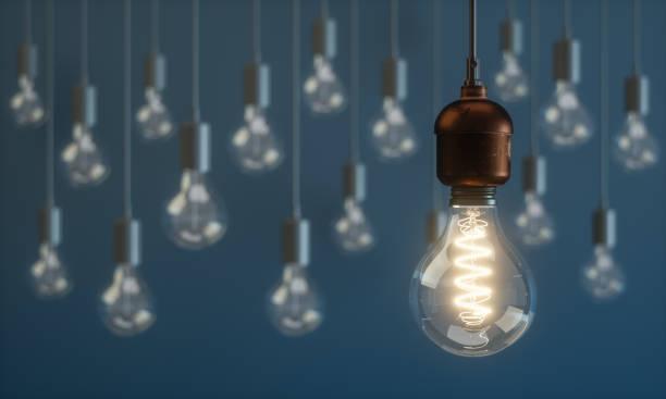 ampoule d'éclairage permanent hors des foule des concepts - ampoule électrique photos et images de collection
