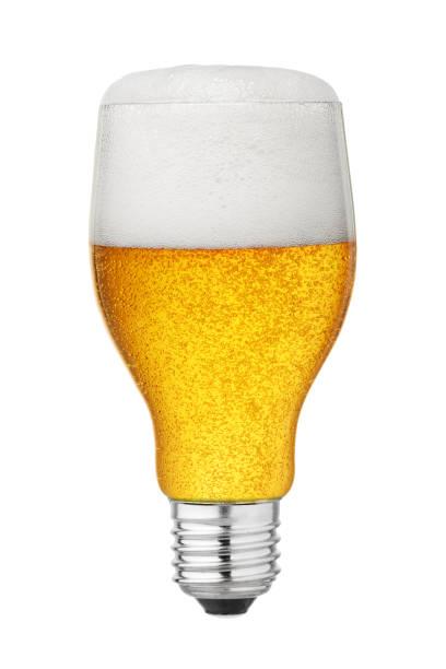 glühbirne mit bier isoliert - glühbirne e27 stock-fotos und bilder