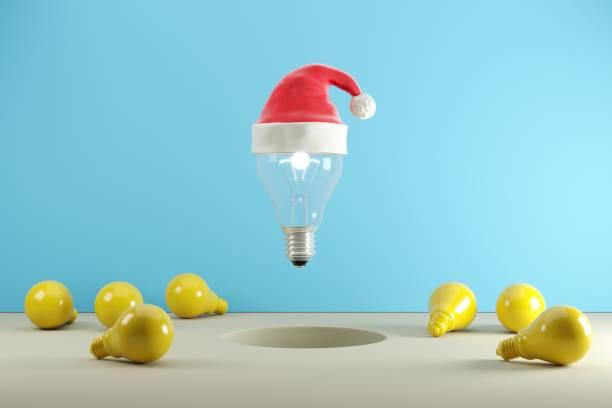 Glühbirne mit Santa Hut schwebenauf auf blauem Hintergrund, Weihnachten Konzept Ideen, 3D-Illustration. – Foto