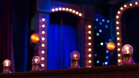 在舞臺上的燈泡 照片檔及更多 Incandescent Bulb 照片