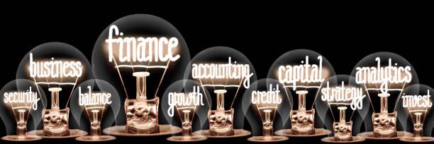 Glühbirnen mit Finanzkonzept – Foto