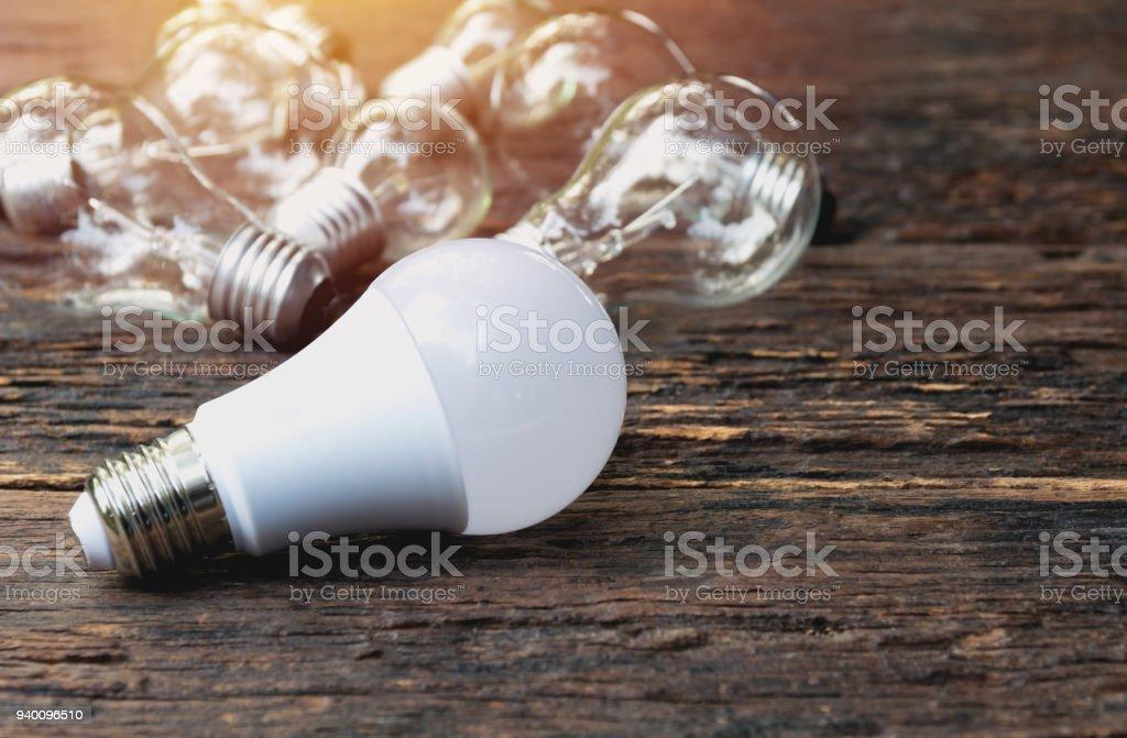 Glühbirnen mit glühenden auf Holztisch Hintergrund. Idee, Kreativität und Energie sparen mit Glühbirnen Konzept. – Foto