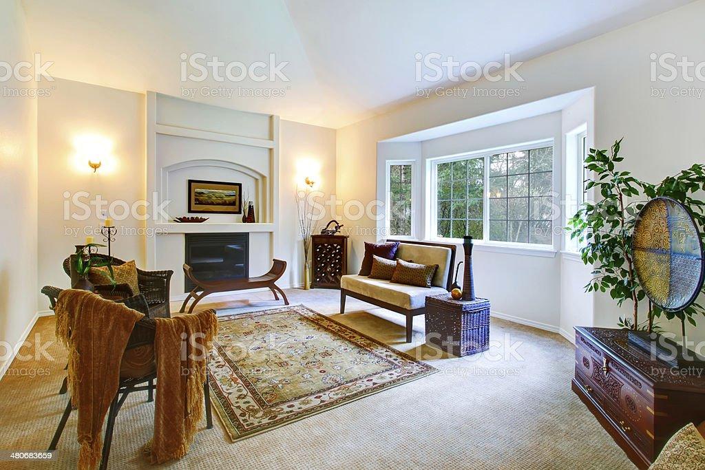 Colori chiari soggiorno con francese finestra e caminetto
