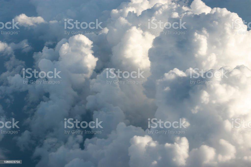 Licht, das durch Wolken am Himmel – Foto