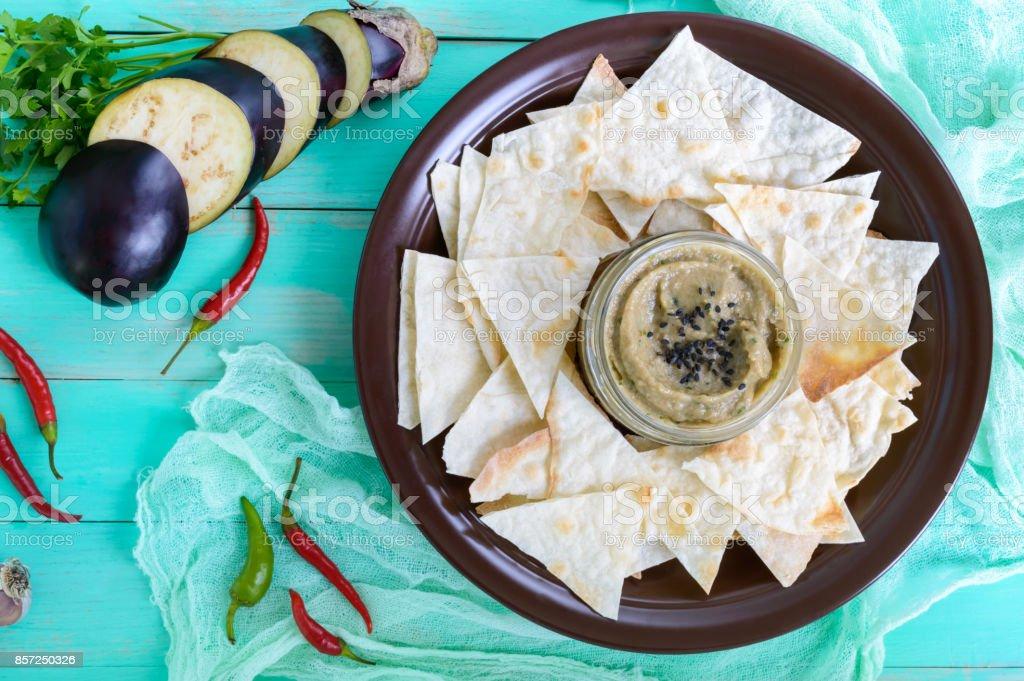 Léger alimentaire pate d'aubergine. Ganush Baba est un plat asiatique. Accompagner de lavash mince sur un bol en céramique. Vue de dessus. - Photo