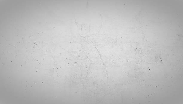 Hellgraue Steinwand mit Riss in der Mitte. Beton Wand Hintergrund Textur. – Foto