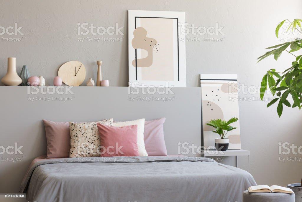 Licht Grau Schlafzimmer Innenraum Mit Kingsizebett Mit Vielen Kissen ...
