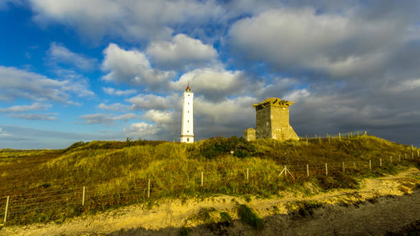 Leuchtturm und Bunker an einem Strand in Dänemark – Foto