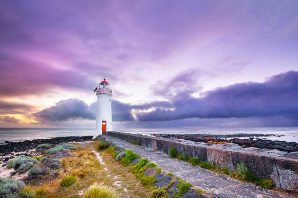 light house in the town of pt fiary, victoria - victoria australia foto e immagini stock
