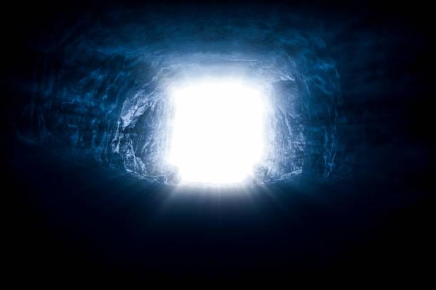 een licht aan het eind van een tunnel - grot stockfoto's en -beelden