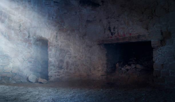 licht strahlt in eine steinmauer raum mit kamin - tunnelkamin stock-fotos und bilder