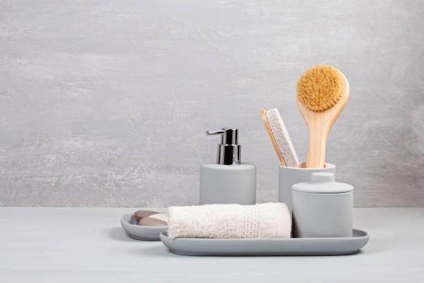 light pgray ceramic acessories for bath - prodotto per l'igiene personale foto e immagini stock