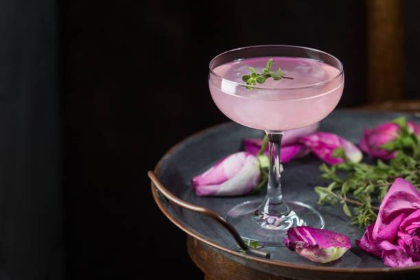 licht roze roos cocktail - cocktail stockfoto's en -beelden