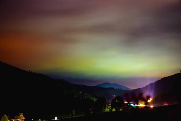 Lichtverschmutzung in einem kleinen Dorf – Foto
